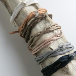 4a293e0f8e00 Seidenarmband mit feinem Silberplättchen - Schöne Beute