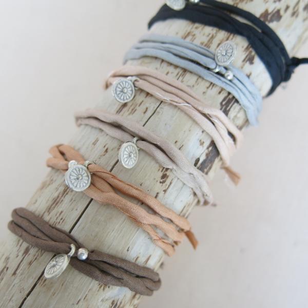 8c37797b6204 Seidenarmband mit silbernen Anhängern - Schöne Beute