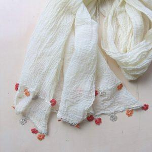 feiner Baumwollschal mit Häkelblümchen-0