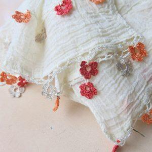 feiner Baumwollschal mit Häkelblümchen-3619