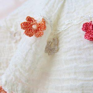 feiner Baumwollschal mit Häkelblümchen-3617