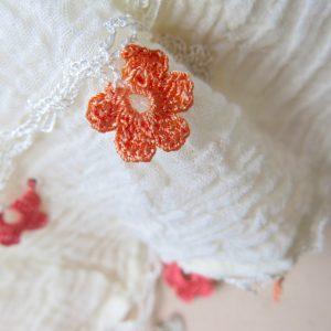 feiner Baumwollschal mit Häkelblümchen-3620