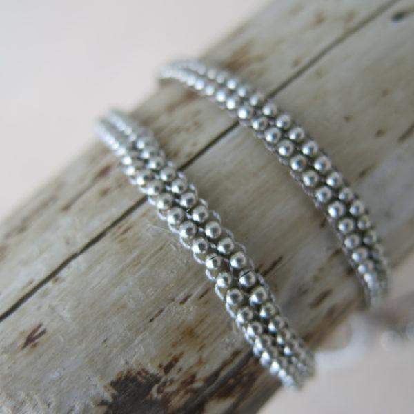 Armband mit versilberten Metallperlchen-0