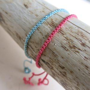 feines Armband mit farbigen Metall-Stift-Perlen-0