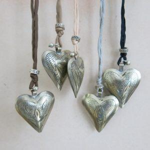 Kette mit Maillechort-Silber-Herz-Anhänger und Seidenband-0