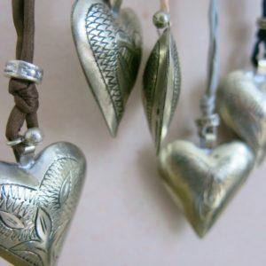 Kette mit Maillechort-Silber-Herz-Anhänger und Seidenband-2273