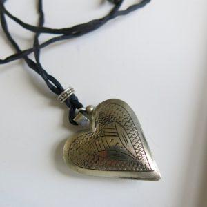 Kette mit Maillechort-Silber-Herz-Anhänger und Seidenband-2274