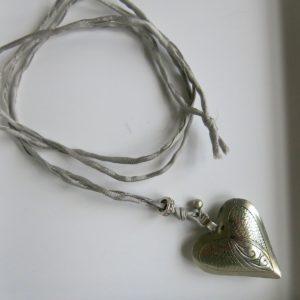 Kette mit Maillechort-Silber-Herz-Anhänger und Seidenband-2275