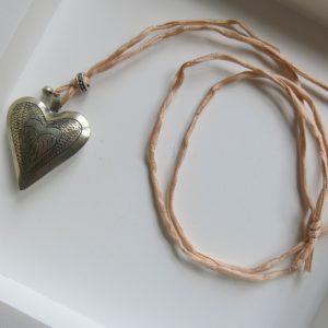 Kette mit Maillechort-Silber-Herz-Anhänger und Seidenband-2276