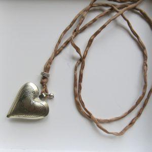 Kette mit Maillechort-Silber-Herz-Anhänger und Seidenband-2277
