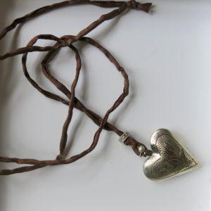 Kette mit Maillechort-Silber-Herz-Anhänger und Seidenband-2278