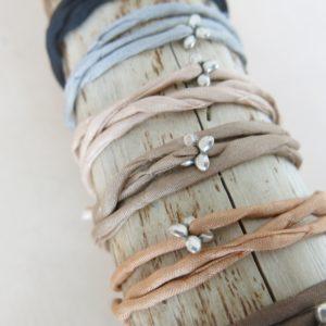 Seidenarmband mit versilbertem Blümchen-Anhänger-0