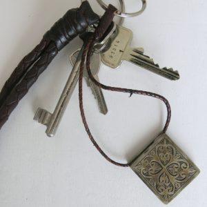 Schlüsselanhänger mit dekorativer Gravur-1700