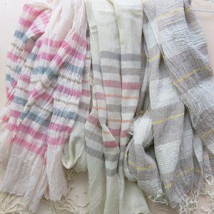 Schal aus feiner Baumwolle in Pastelltönen-0