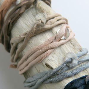 Seidenarmband mit feinem Silberplättchen-0