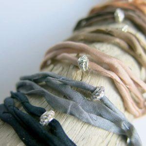 Seidenarmband mit verziertem Silberring-0