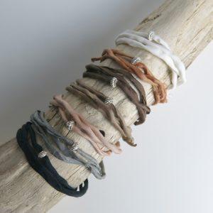 Seidenarmband mit verziertem Silberring-2925